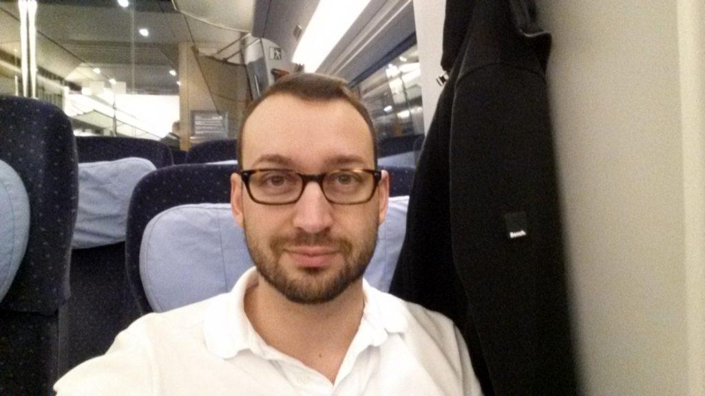 Entspanntes Reisen, wenn man sich den Wagen zu zweit teilt; kurz vor 5 Uhr morgens im ICE von München nach Frankfurt.
